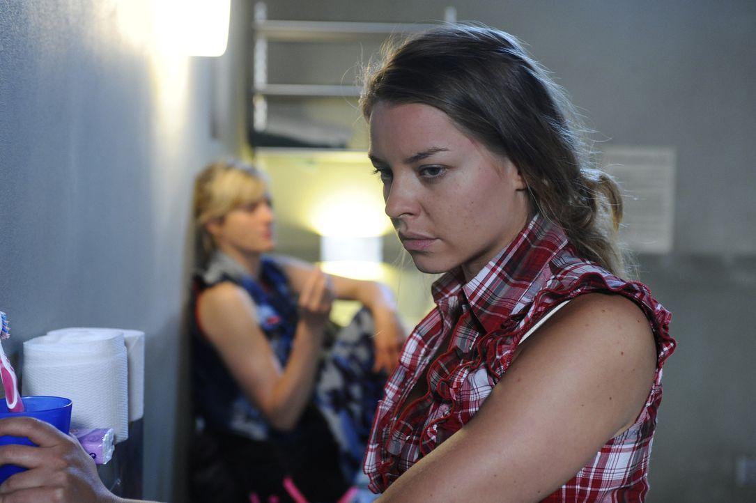 Die U-Haft zehrt an Katjas (Karolina Lodyga, r.) Nerven. Sie möchte Armin in der schweren Zeit beistehen, kann es aber nicht. Und ihre Zellengenoss... - Bildquelle: Sat.1