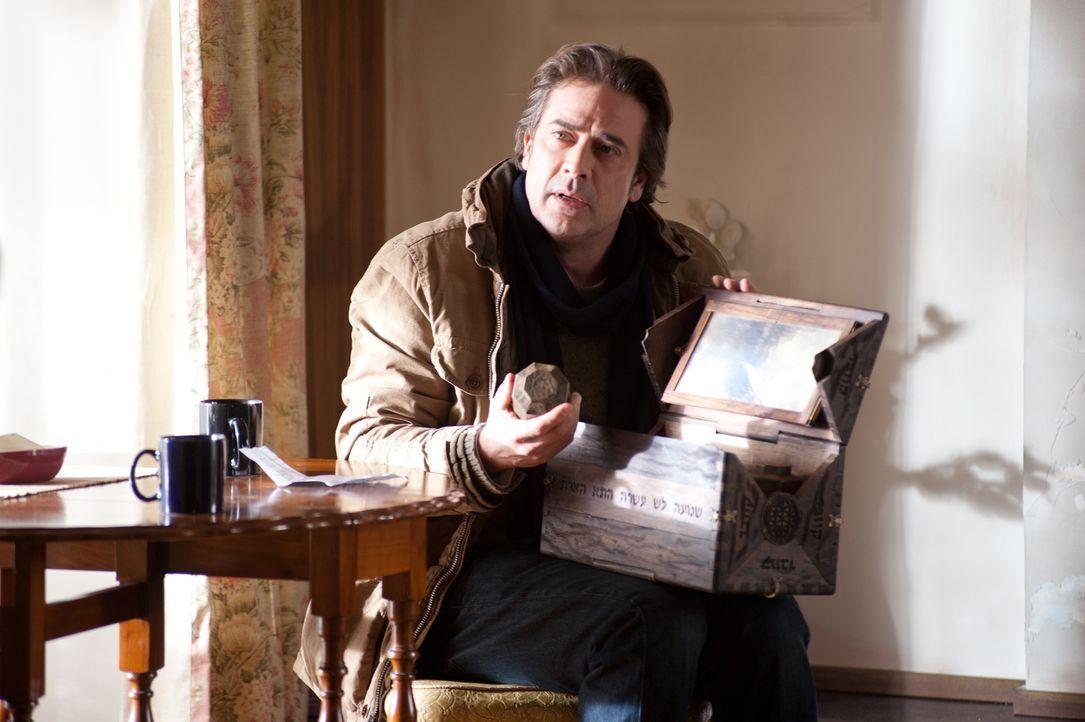 Als sich seine Tochter immer sonderbarer und aggressiver verhält, will Clyde (Jeffrey Dean Morgan) wissen, was es mit Ems geheimnisvollen Kästchen v... - Bildquelle: Diyah Pera Box Productions, LLC 2011