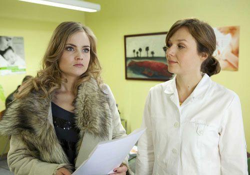 Nachdem Caro (Sonja Bertram, l.) ihr Baby abgetrieben hat, weiß sie nicht, wie sie Ben beibringen soll, dass sie nicht mehr schwanger ist ... - Bildquelle: David Saretzki - Sat1