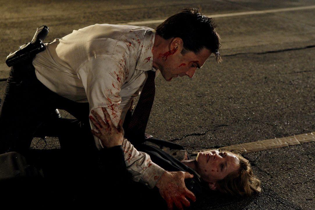 Der SUV von Kate Joyner (Sienna Guillory, r.) ist in die Luft gegangen. Hotch (Thomas Gibson, l.) versucht, sie zu retten. Doch wird sie diesen Ansc... - Bildquelle: Touchstone Television