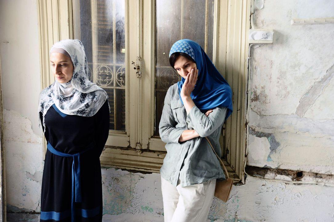 Entgegen der Abmachung trifft sich Carrie (Claire Danes, r.) mit Fatima (Clara Khoury, l.), die eine ganz besondere Nachricht für sie hat, in einer... - Bildquelle: 20th Century Fox International Television