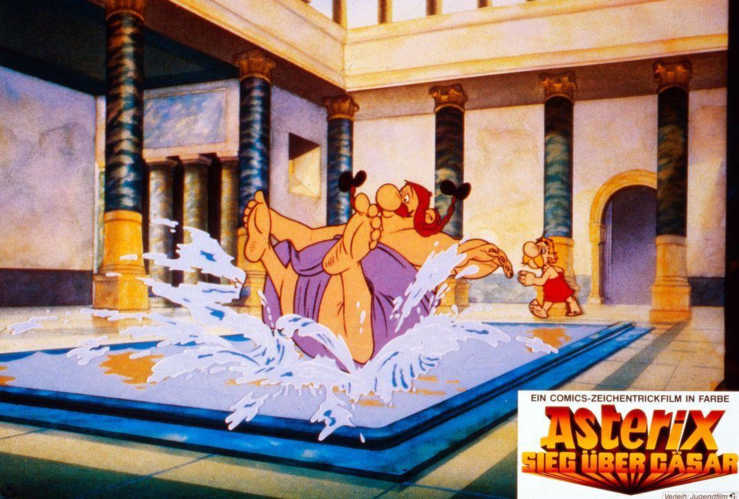 Wenn Obelix (l.) baden geht, bleibt für Asterix (r.) kaum noch Wasser übrig ... - Bildquelle: Jugendfilm-Verleih GmbH