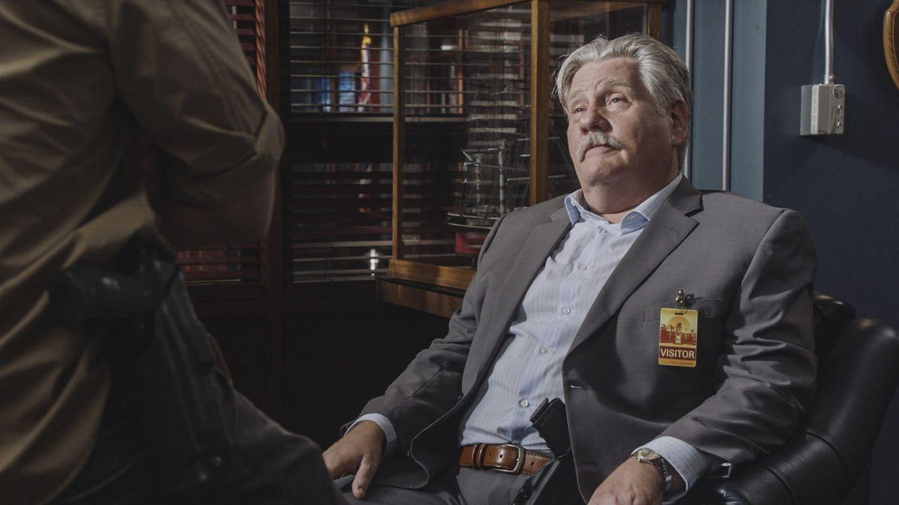 Bittet Steve und sein Team um Hilfe: Privatdetektiv Harry Brown (William Forsythe) ... - Bildquelle: Norman Shapiro 2016 CBS Broadcasting, Inc. All Rights Reserved