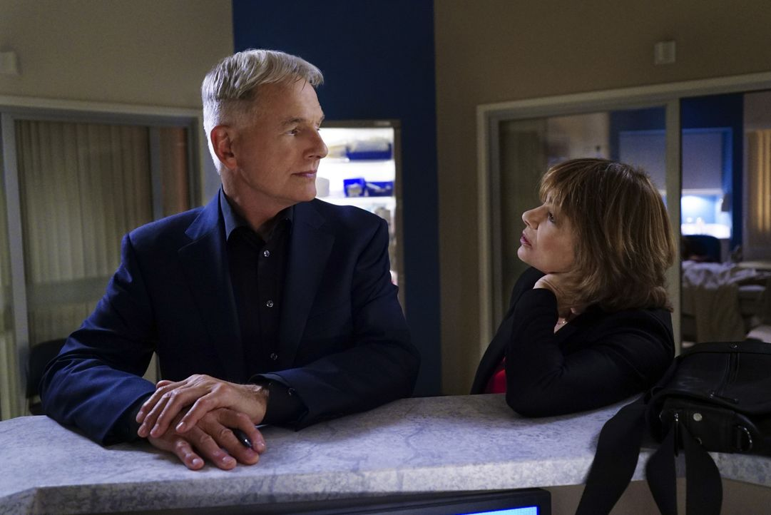 Müssen sich mit den Veränderungen im Team auseinandersetzen: Gibbs (Mark Harmon, l.) und Dr. Grace Confalon (Laura San Giacomo, r.) ... - Bildquelle: Sonja Flemming 2016 CBS Broadcasting, Inc. All Rights Reserved
