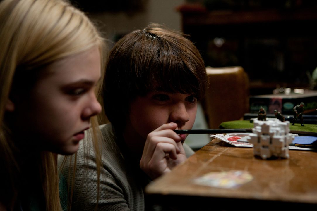 Gerade noch mit ihrem schulischen Filmprojekt beschäftigt, da werden Alice (Elle Fanning, l.) und Joe (Joel Courtney, r.) plötzlich Zeugen eines U... - Bildquelle: PARAMOUNT PICTURES. All Rights Reserved
