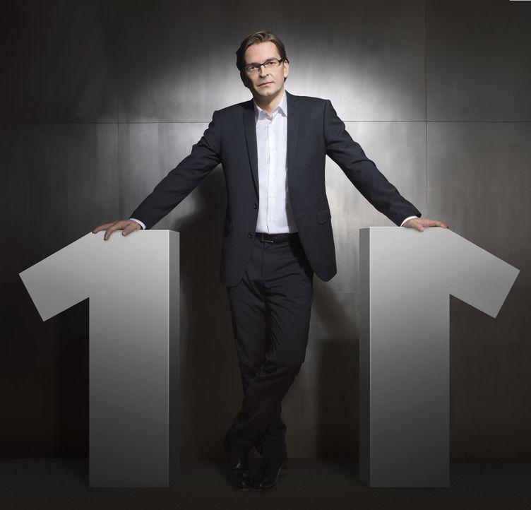 """Bei """"Eins gegen Eins"""" empfängt Claus Strunz jede Woche zwei prominente Kontrahenten zum Rededuell. Zu einem aktuellen politischen Thema wird eine k... - Bildquelle: SAT.1"""
