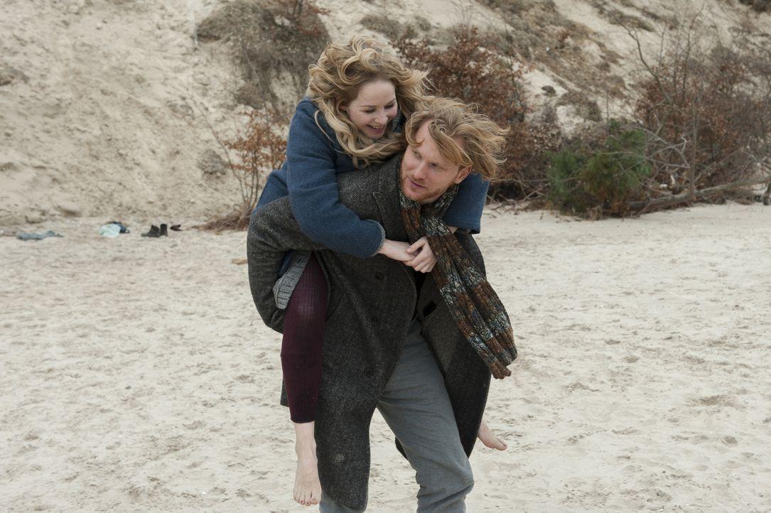 Leonie (Jasmin Schwiers, l.) und Timo (Lucas Prisor, r.) haben sich ewig nicht mehr gesehen. Die beiden hatten vor zehn Jahren eine innige Beziehung... - Bildquelle: Stephanie Kulbach SAT.1