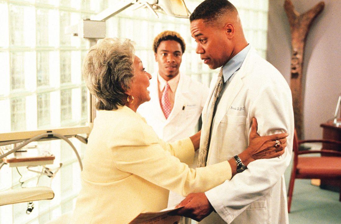 Moment der Wahrheit: Ted (Cuba Gooding jr., r.) erfährt von seiner Mutter (Nichelle Nichols, l.), dass er als Kind adoptiert wurde. Rupert (Sisqo,... - Bildquelle: Disney Enterprises, Inc.