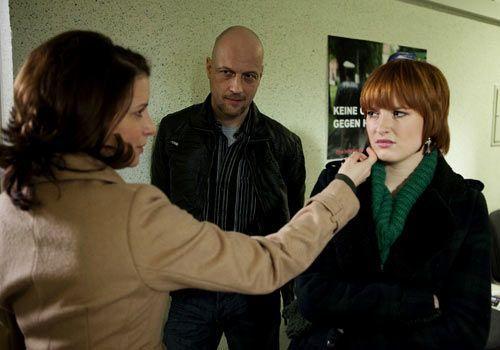 Während Bea in Untersuchungshaft landet ist Sophie ihrer Mutter Monika gegenüber distanziert ... - Bildquelle: Christoph Assmann - Sat1