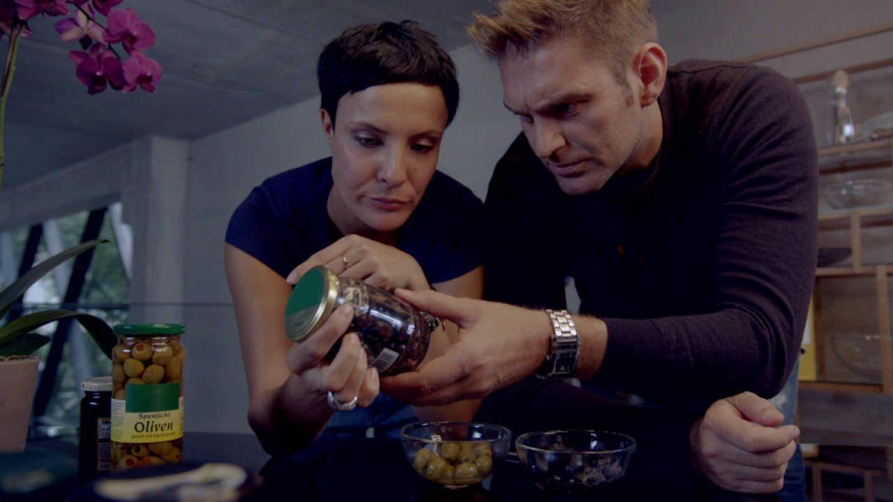 Der große Waren-Check - Wissen, was drin ist: Wo liegt der Unterschied zwischen grünen und schwarzen Oliven? Reporter Seraphina (l.) und Bane (r.)... - Bildquelle: SAT.1
