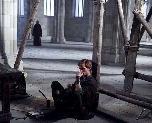 Jack (Eddie Redmayne) ist nicht mehr nur für die Kathedrale, sondern auch für die Verteidigung der Priorei verantwortlich. - Bildquelle: Egon Endrenyi - Tandem Productions - Pillars Productions