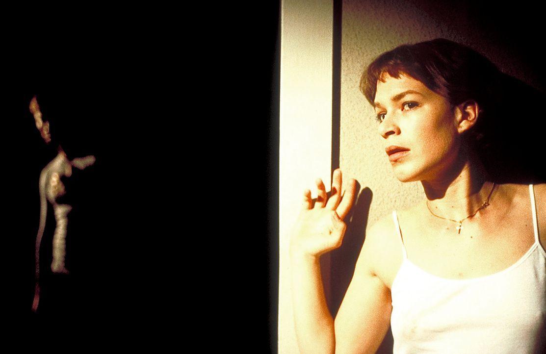 Obwohl sie gewarnt wurde, kann Paula (Franka Potente) ihre Neugierde nicht bezähmen. Sie will unbedingt wissen, was es mit dem plötzlichen Todes i... - Bildquelle: Columbia Pictures