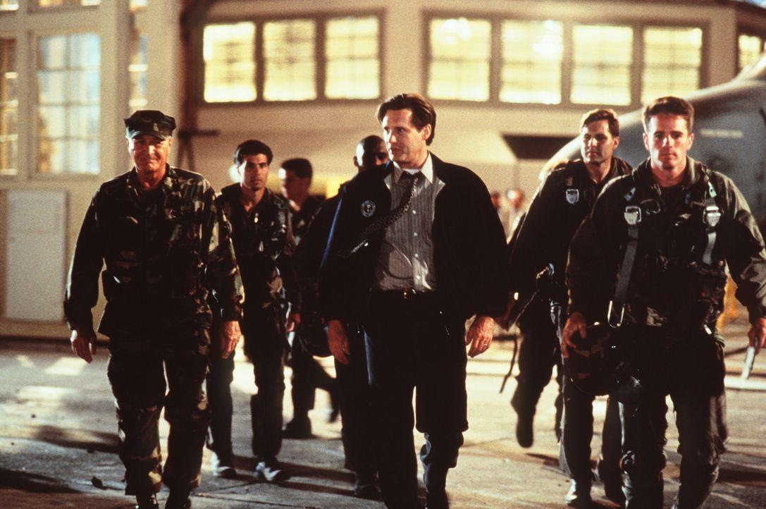 Die Vernichtung der Menschheit scheint besiegelt zu sein, doch General Grey (Robert Loggia, l.) und Präsident Whitmore (Bill Pullman, M.) wollen si... - Bildquelle: 20th Century Fox Film Corporation