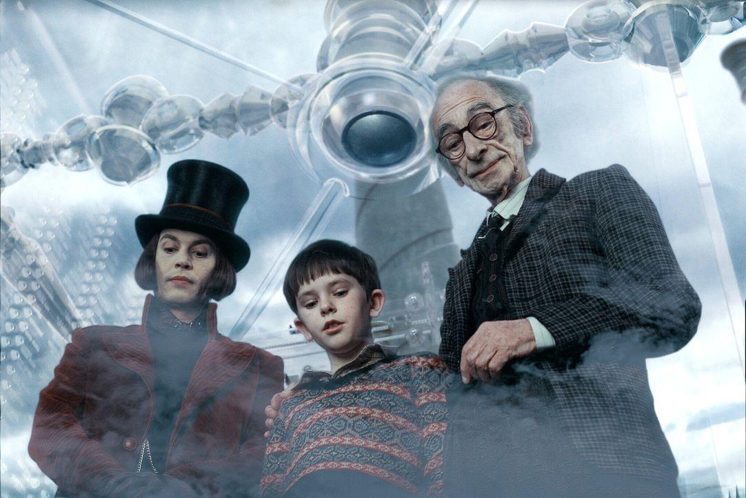 Seit langem hat niemand mehr den exzentrischen Schokoladenhersteller Willy Wonka (Johnny Depp, l.) gesehen. Eines Tages gewährt der bizarre Fabrikbe... - Bildquelle: Warner Bros. Pictures