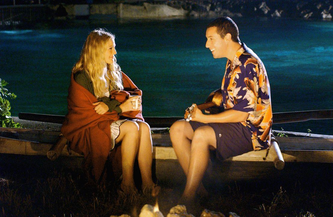 Obwohl auch Lucy (Drew Barrymore, l.) auf Henrys (Adam Sandler, r.) Charme anspringt, steht ihrer Romanze eine Kleinigkeit im Wege ... - Bildquelle: Sony Pictures Television International. All Rights Reserved.