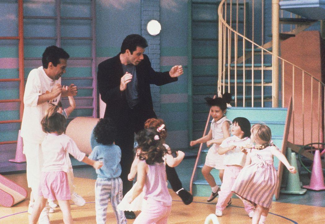 James alias John Travolta sorgt für Saturday Night Fever im Kindergarten. - Bildquelle: TriStar Pictures