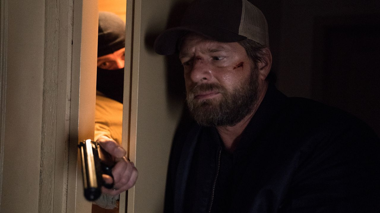 Um seine Unschuld beweisen zu können, muss Polizist Robert Anger (Henning Baum) den wahren Täter finden, doch je näher er dem Mörder kommt, desto ge... - Bildquelle: Marc Reimann SAT.1/Marc Reimann