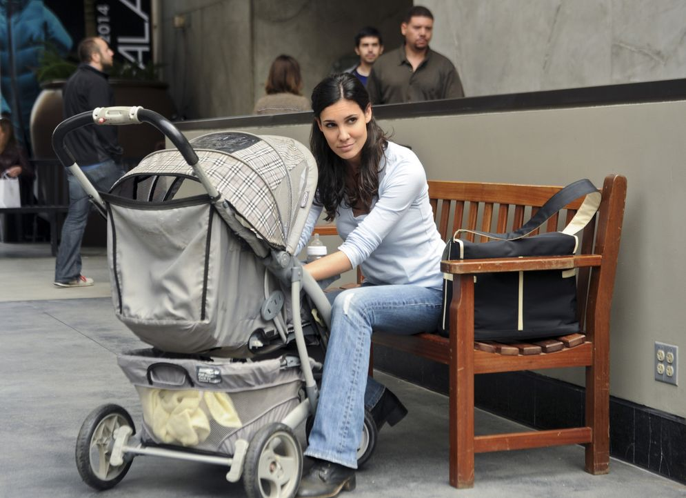 Getarnt als harmlose Passantin und Mutter, hat Kensi (Daniela Ruah) das Geschehen voll im Blick ... - Bildquelle: CBS Studios Inc. All Rights Reserved.