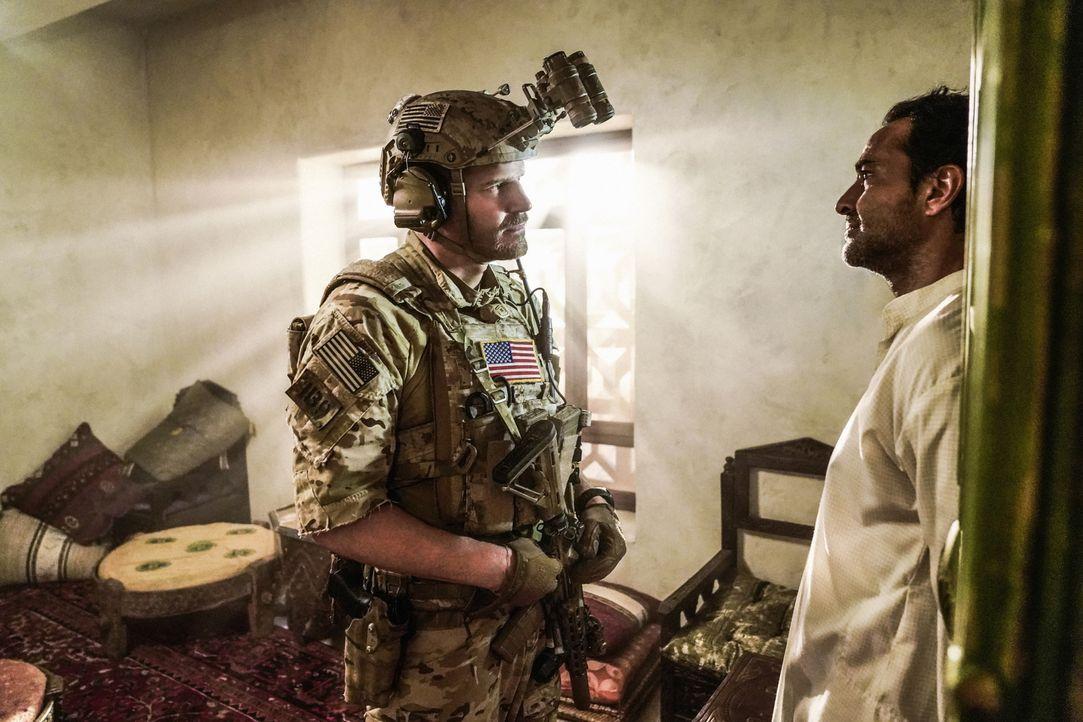 Während durch einen versehentlichen Schuss die Tochter der jemenitischen Familie in Lebensgefahr gerät, befragen Jason (David Boreanaz, l.) und sein... - Bildquelle: Erik Voake Erik Voake/CBS  2017 CBS Broadcasting, Inc. All Rights Reserved