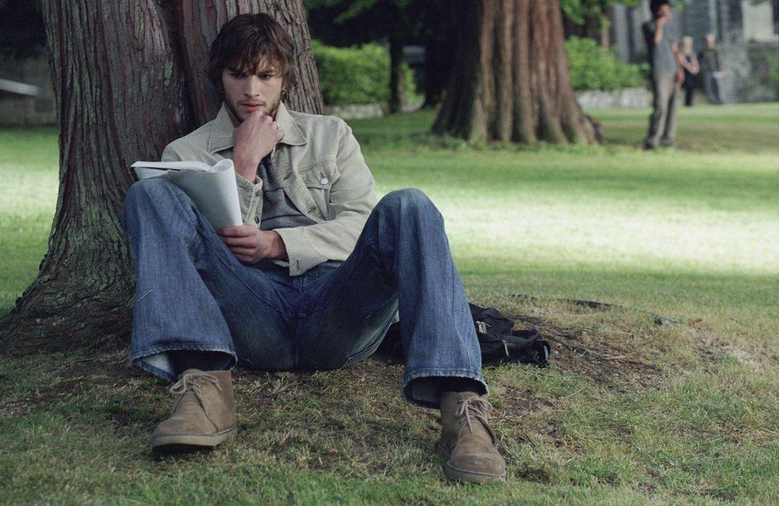 Als Evan Treborn (Ashton Kutcher) eines Tages zufällig in einem seiner alten Tagebücher liest, passiert etwas Seltsames. Es ist, als ob er zurück... - Bildquelle: Warner Brothers