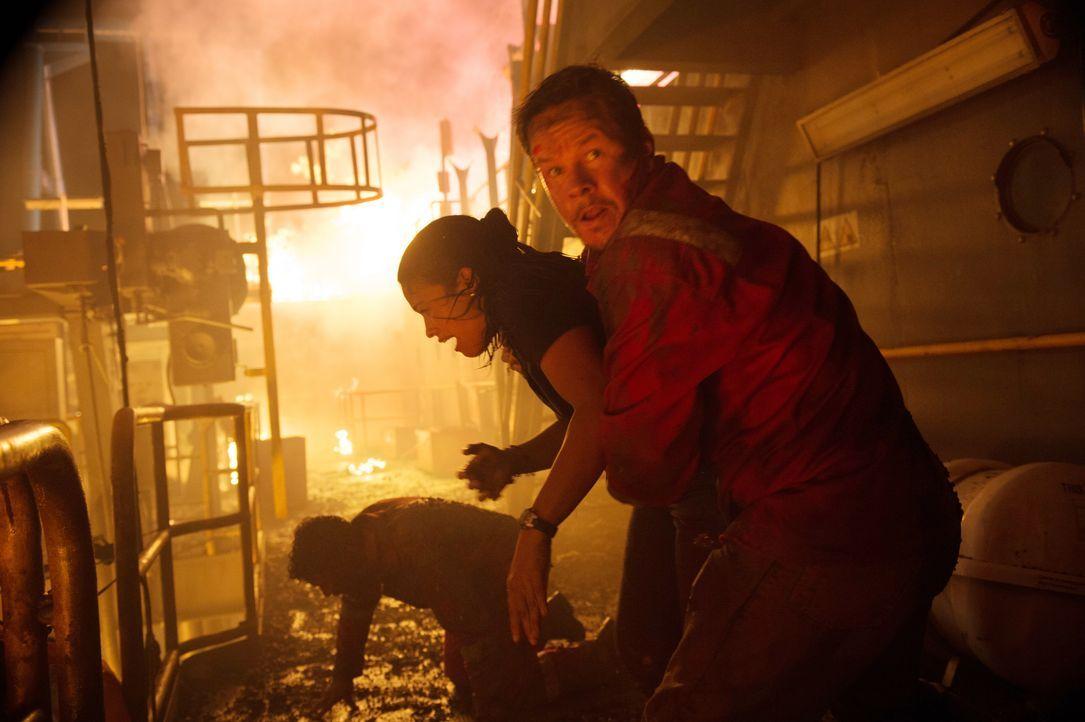 Als auf der Bohrplattform Deepwater Horizon eine Explosion für lebensgefährliches Chaos sorgt, müssen auch Andrea Fleytas (Gina Rodriguez, l.) und M... - Bildquelle: Enrique Chediak Studiocanal / Enrique Chediak