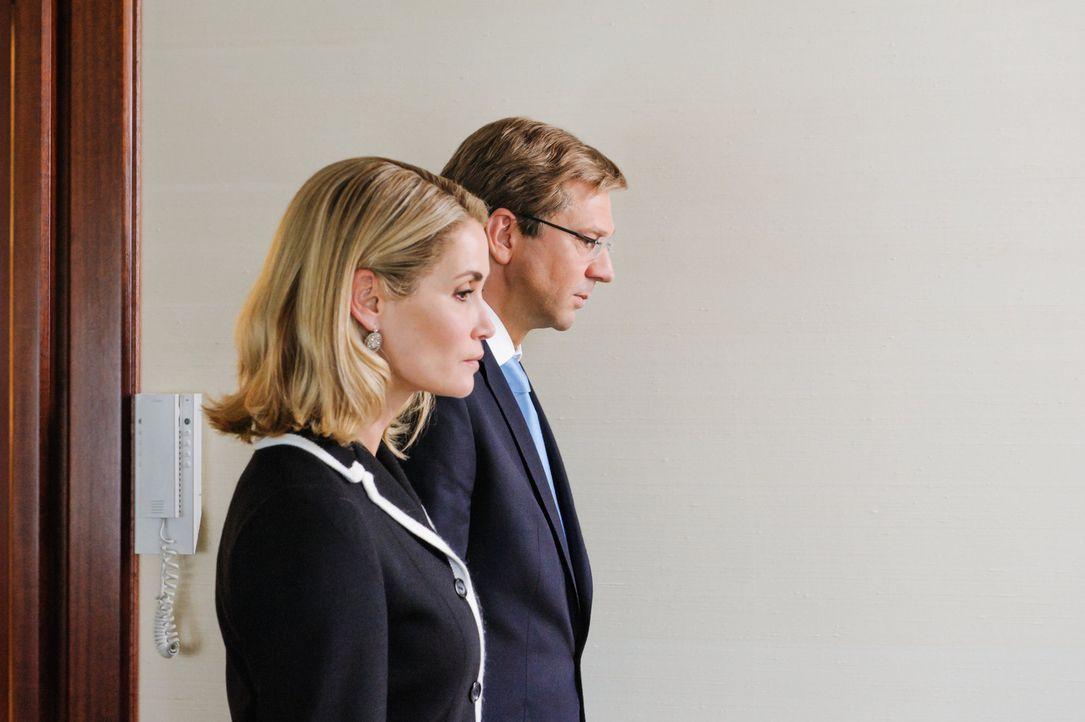 Es ist der 17. Februar 2012: An der Seite seiner Ehefrau Bettina (Anja Kling, l.) erklärt Bundespräsident Christian Wulff (Kai Wiesinger, r.) im S... - Bildquelle: Stefan Erhard SAT.1