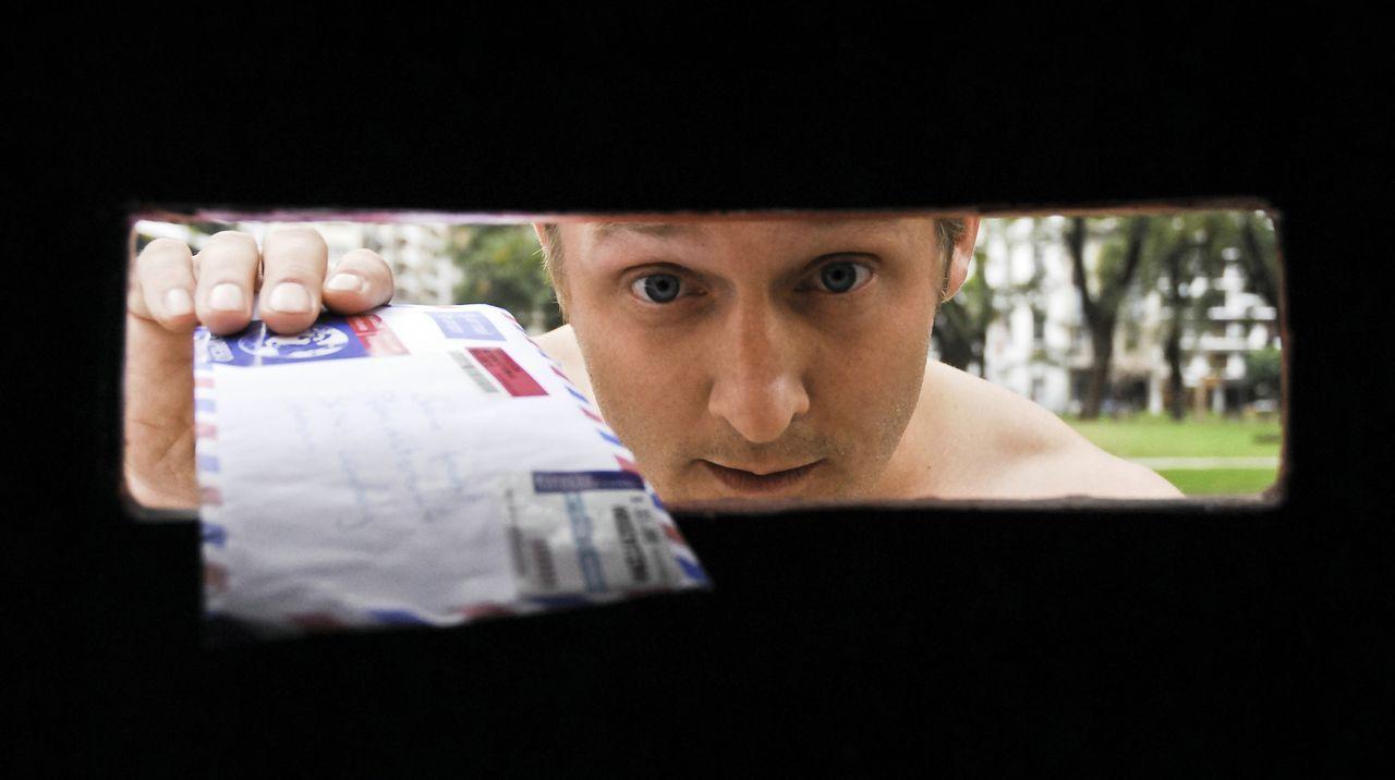 Pitschis (Maximilian Brückner) Leben könnte perfekt sein, doch plötzlich packt ihn eine Panikattacke und kurzerhand findet er sich in Buenos Aire... - Bildquelle: Sony Pictures Television Inc. All Rights Reserved.