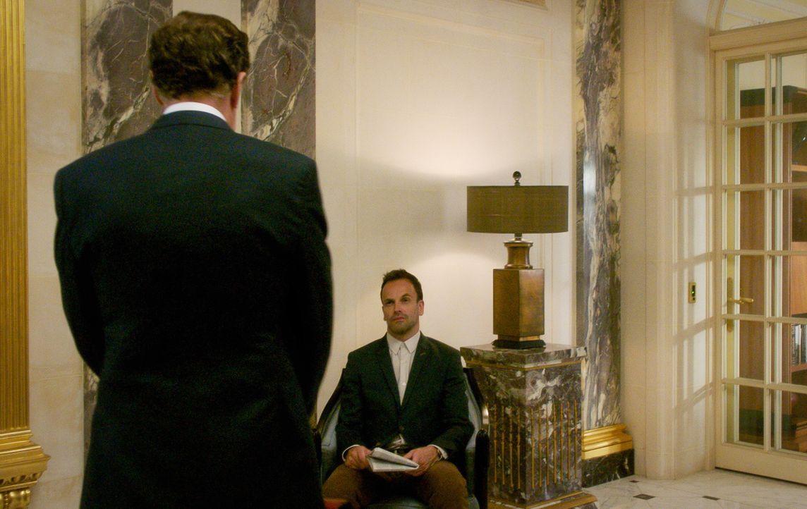 Genervt von der ständigen Anwesenheit seines Vaters, versucht Holmes (Jonny Lee Miller), ihn irgendwie wieder los zu werden ... - Bildquelle: 2015 CBS Broadcasting, Inc. All Rights Reserved