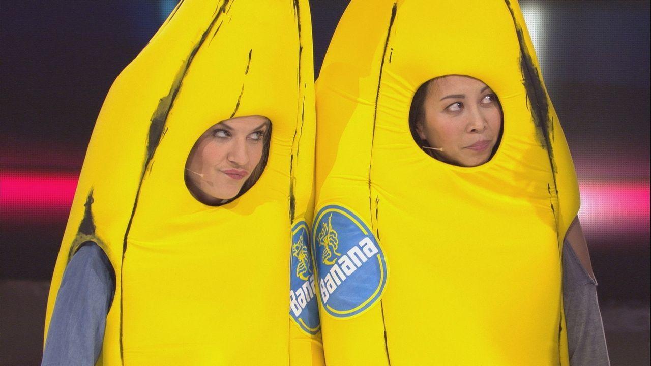 Bananen in Action: Susan Sideropoulos (l.) und Minh-Khai Phan-Thi (r.) - Bildquelle: SAT.1