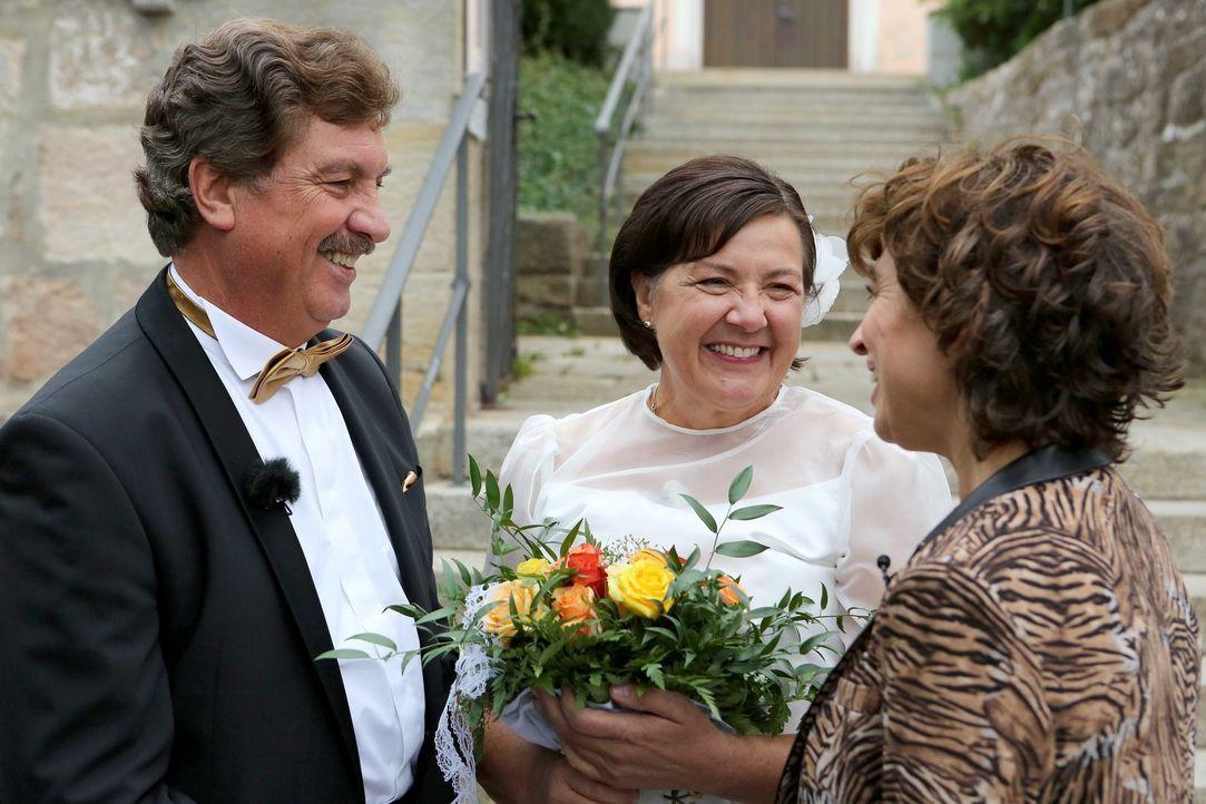 Wird es Norbert Schindler (l.) gelingen, denselben Festsaal, dieselben Gäste und dasselbe Brautkleid für seine Frau Eva (M.) zu organisieren, wie be... - Bildquelle: SAT.1