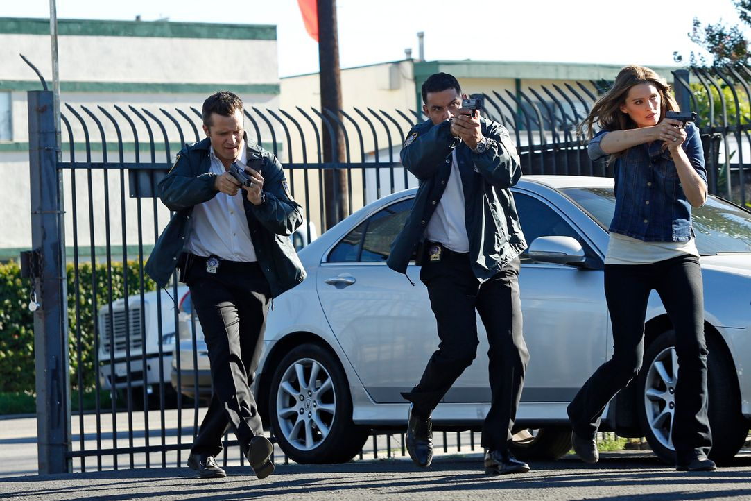 In wessen Gewalt befindet sich Richard Castle? Ryan (Seamus Dever, l.), Esposito (Jon Huertas, M.) und Kate Beckett (Stana Katic, r.) werden es hera... - Bildquelle: Kelsey McNeal ABC Studios