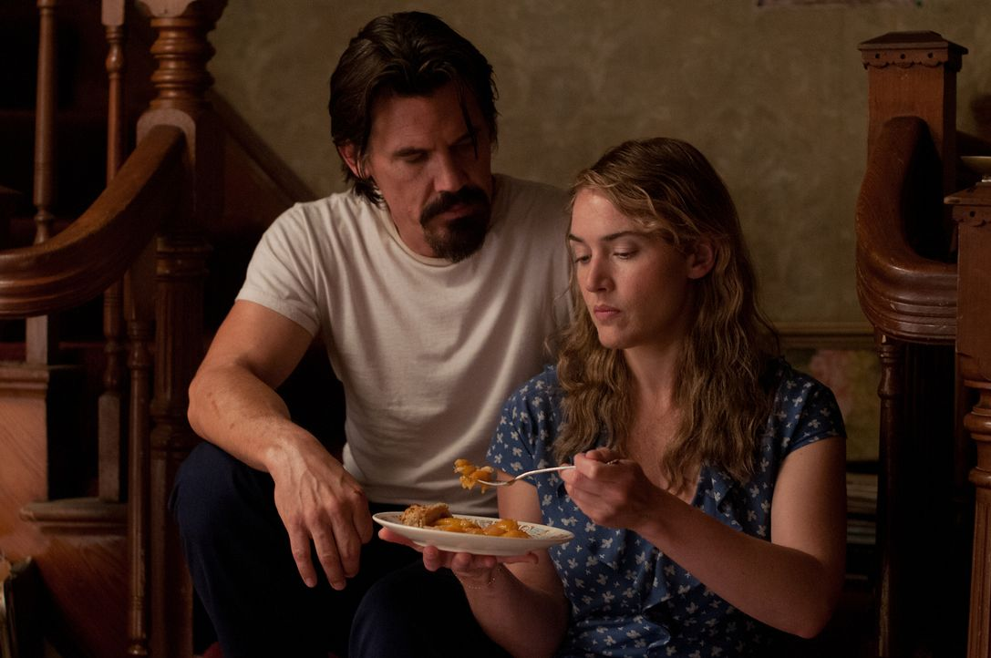 Die Vergangenheit des kriminellen Frank (Josh Brolin, l.) droht ihn und seine neue Liebe, die alleinerziehende Mutter Adele (Kate Winslet, r.) einzu... - Bildquelle: 2016 Paramount Pictures. All Rights Reserved.