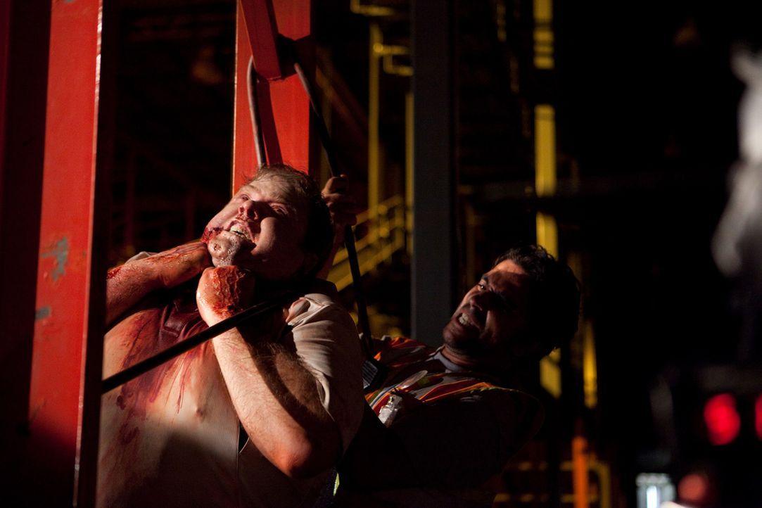 Ein harmloser Flug wird zum Horrortrip, als Ralph (George Back, l.) durch einen Hamsterbiss infiziert wird und zu einem Zombie mutiert. Henry (Josh... - Bildquelle: 2011 Destination Films Distribution Company, Inc. All Rights Reserved.