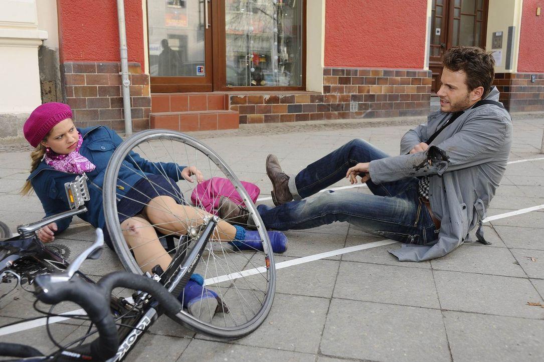 Obwohl der Angreifer ein harmloser Biker (Jacob Weigert, r.) zu sein scheint, glaubt Mia (Josephine Schmidt, l.) nicht an einen Zufall. - Bildquelle: SAT.1