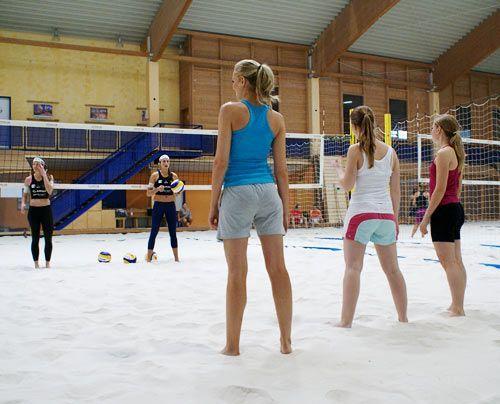 Ab zur nächsten Übung: Ilka erklärt, wie die Drei einen Ball per Hecht vor dem Boden erwischen sollen. - Bildquelle: Danilo Brandt - Sat.1