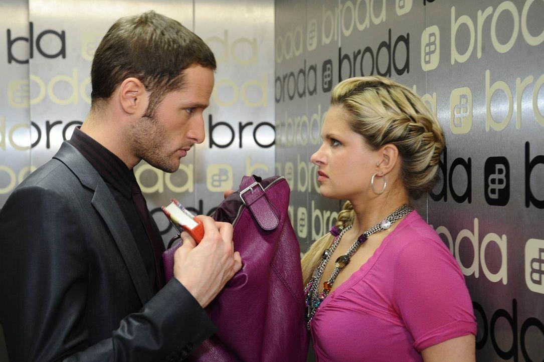 David (Lee Rychter, l.) macht Mia (Josephine Schmidt, r.) unmissverständlich klar, dass sie keinerlei Beweise gegen ihn hat ... - Bildquelle: SAT.1