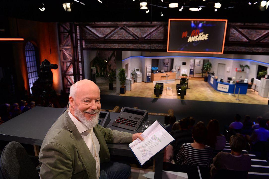 Mit seinen Regieanweisungen hat er den Tatort auf der Bühne immer in der Hand: Bill Mockridge ... - Bildquelle: Willi Weber SAT.1/Willi Weber