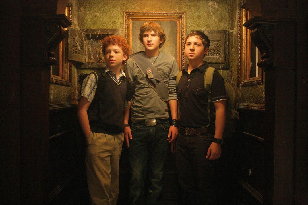 Ein gefährliches Abenteuer wartet auf die drei Fragezeichen Justus (Chancellor Miller, r.), Peter (Nick Price, M.) und Bob (Cameron Monaghan, l.) ... - Bildquelle: Disney