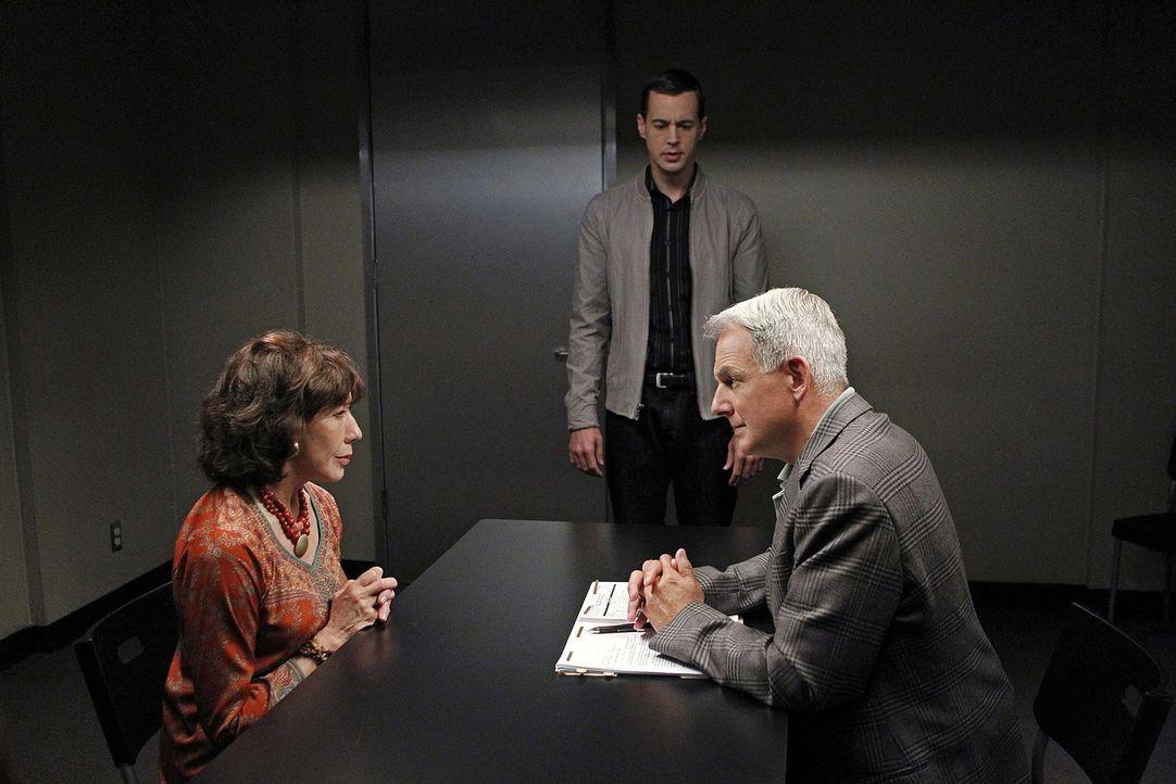 Das Team um Gibbs (Mark Harmon, r.) muss den Mord an einem Offizier untersuchen, der anscheinend an einem Geheimprojekt gearbeitet hat. Für McGee (... - Bildquelle: CBS Television