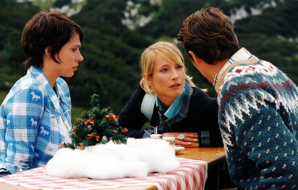 Eines Tages erhält die Meteorologin Pat (Jana Pallaske, l.) von TV-Moderatorin Angie (Florentine Lahme, M.) und ihrem Freund, dem Wetter-Versicheru... - Bildquelle: Barbara Bauriedl