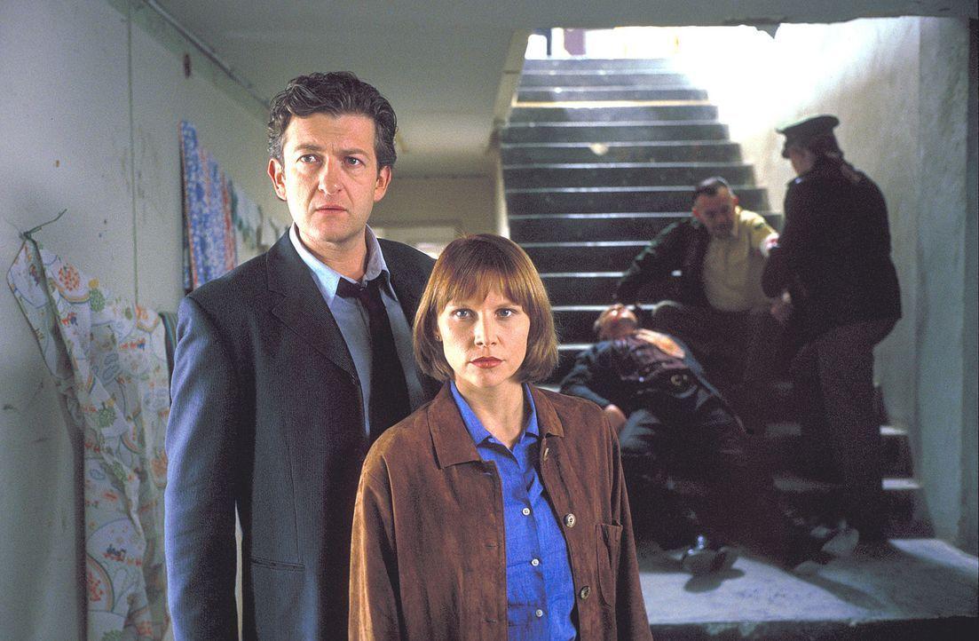 Auch in Berlin kommt Tracy (Sammi Davis, 2.v.l.) nicht zur Ruhe. Sie und ihr Kollege, Kommissar Eric Glint (Dominic Raacke, l.), kommen hinter die M... - Bildquelle: ProSieben