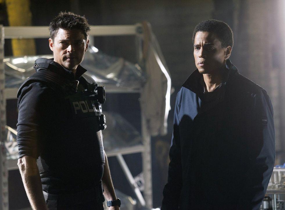 Können Kennex (Karl Urban, l.) und Dorian (Michael Ealy, r.) einen Roboter aufhalten, der im Zerstörmodus ist? - Bildquelle: Warner Bros. Television