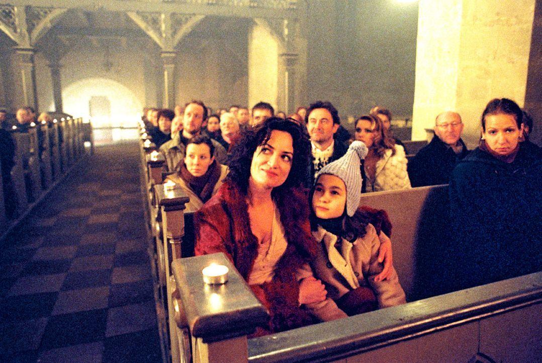Lena (Cara Wiedtke, r.) ist aus dem Koma erwacht und glaubt, dass Weihnachten ist. Maria (Natalia Wörner, l.), ihre Mutter hat ihr versprochen, das... - Bildquelle: Sat.1