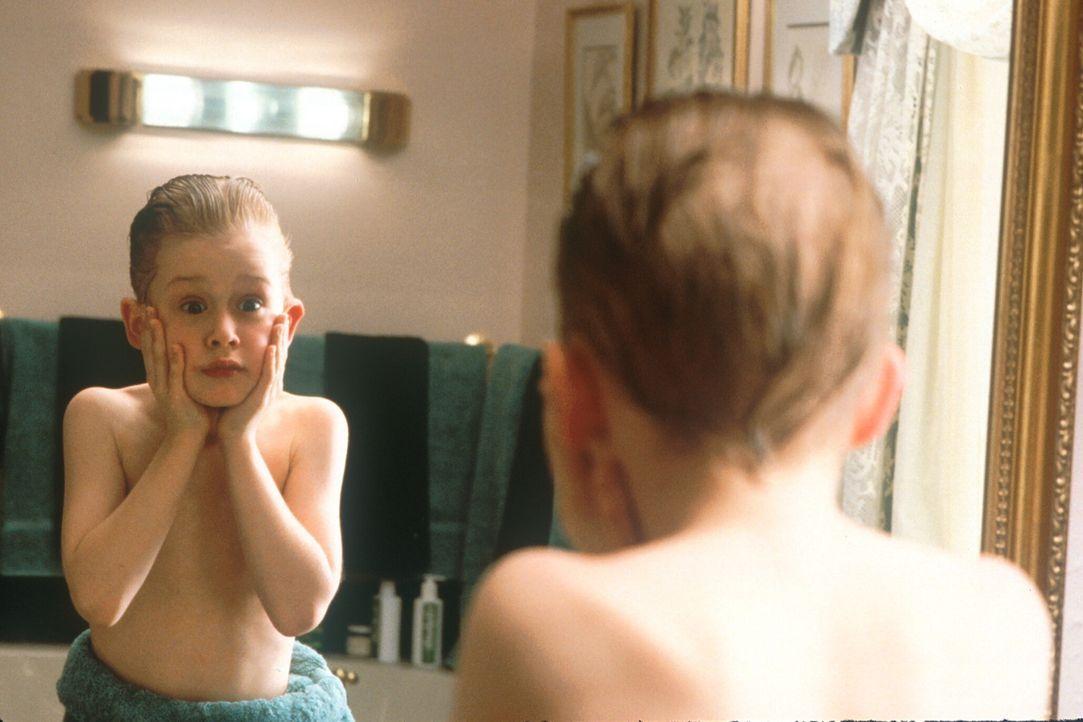 Ungewohnte Freiheiten: Auch das Rasierwasser seines Vaters ist vor Kevin (Macaulay Culkin) nicht sicher ... - Bildquelle: 20th Century Fox Film Corporation