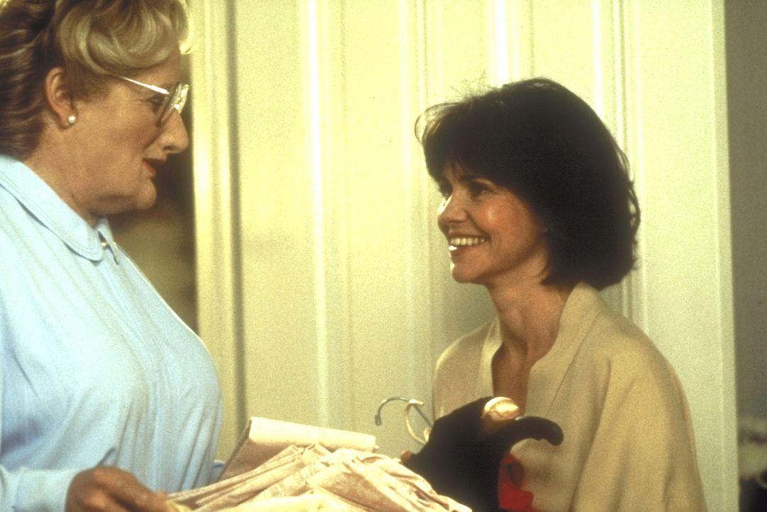 Die Umsicht, mit der Mrs. Doubtfire (Robin Williams, l.) den Haushalt führt, fasziniert Miranda (Sally Field, r.) immer wieder auf?s Neue ... - Bildquelle: 20th Century Fox