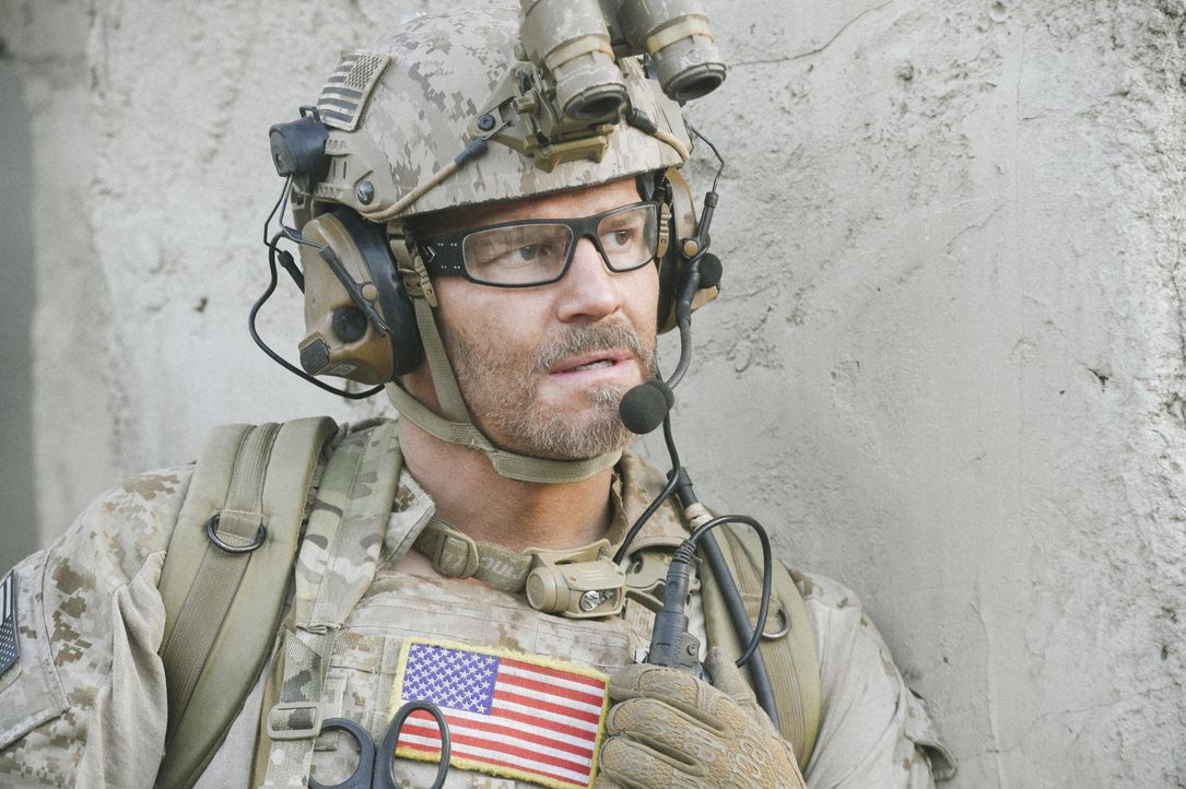 Um Clay außer Gefahr zu bringen, widersetzen sich Jason (David Boreanaz) und das SEAL Team einem Befehl ... - Bildquelle: Ron Jaffe Ron P. Jaffe/CBS  2017 CBS Broadcasting, Inc. All Rights Reserved