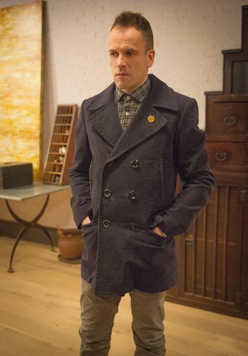 Weil Kitty davon überzeugt ist, dass Watsons neuer Boss, Del Gruner, der Mann ist, der sie entführte, nimmt Sherlock (Jonny Lee Miller) die Spur auf... - Bildquelle: CBS Television