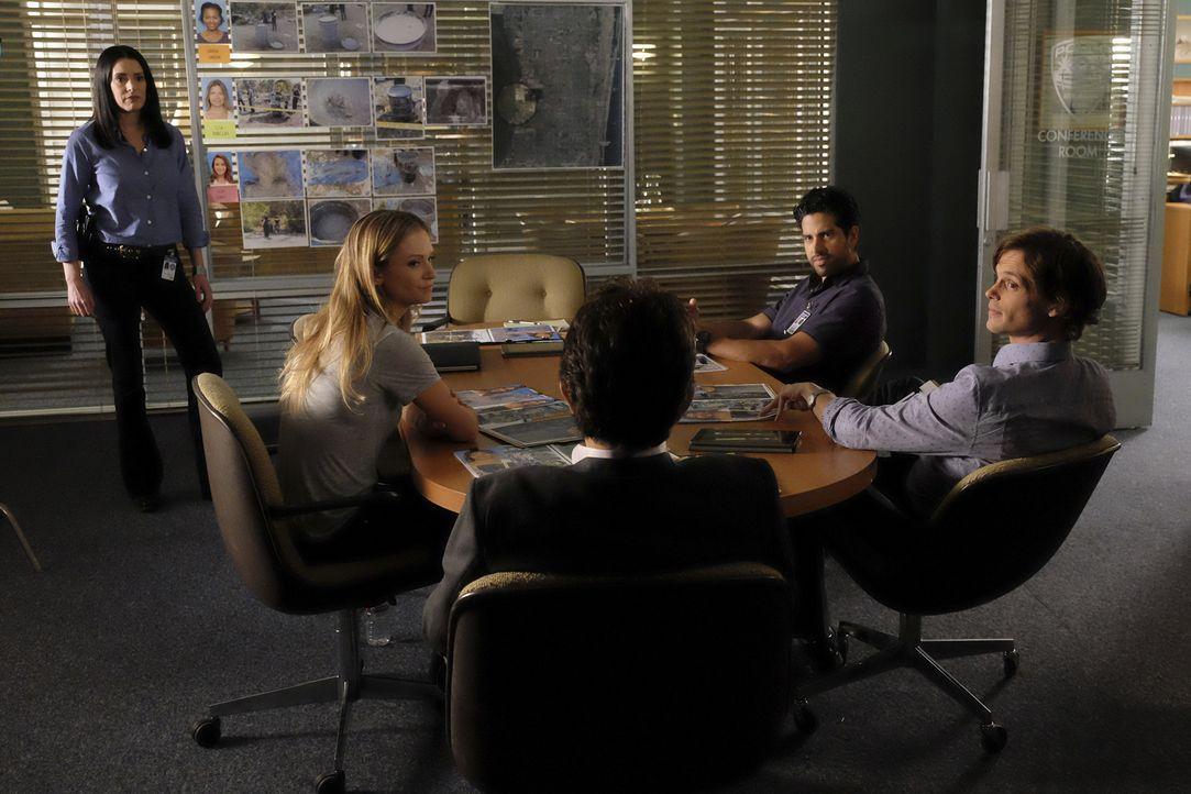 Emily Prentiss (Paget Brewster, l.) kehrt ins BAU-Team zurück und hilft Reid (Matthew Gray Gubler, r.), Luke (Adam Rodriguez, 2.v.r.), JJ (AJ Cook,... - Bildquelle: Darren Michaels ABC Studios