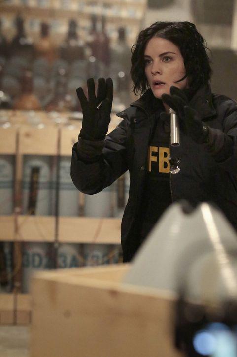 Mit einem Trick gelingt es Jane (Jaimie Alexander), den General, der droht, das Nervengaslager in die Luft zu sprengen, Schachmatt zu setzen. Doch d... - Bildquelle: Warner Brothers