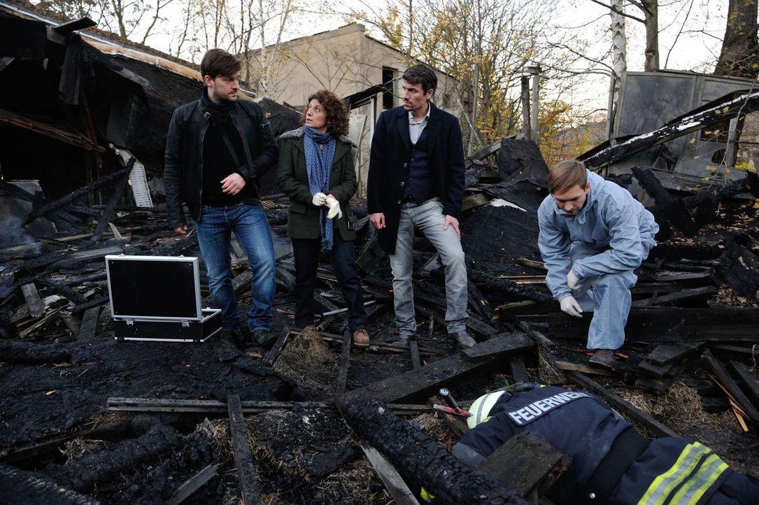 Als ein Feuerwehrmann tot aufgefunden wird, beginnen Fritz (Matthi Faust, l.), Alexander (Alexander Khuon, 2.v.r.) und Tereza (Adriana Altaras, 2.v.... - Bildquelle: Hardy Spitz SAT.1